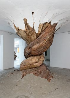 Trunks Burst Through Gallery Walls Brazilian artist Henrique Oliveira shows absolutely no respect to art galleries' walls!Brazilian artist Henrique Oliveira shows absolutely no respect to art galleries' walls! Land Art, Modern Art, Contemporary Art, Street Art, Instalation Art, Wow Art, Wood Sculpture, Sculpture Painting, Organic Sculpture