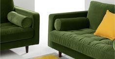 La silhouette saisissante du canapé Scott est parée de boutons est délicatement recouverte de velours somptueux pour un effet couture.