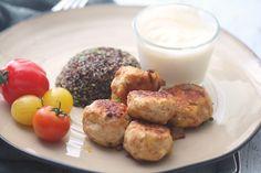 Greske kyllingboller med quinoa og hvitløksdressing  Porsjoner : 2 Ingredienser 400 g kyllingkjøttdeig (eller annen) 6 fetaost-terninger 1 ss tørket oregano 1 ss spisskummen 1 ss paprikapulver 1 ts kanel salt og pepper 1/2 boks mager kesam 1/2 hvitløksfedd 80 g (ukokt) quinoa 1 frossen spinatpute (kan sløyfes) Tomater som tilbehør