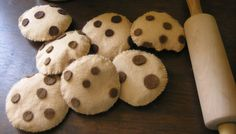 Free Chocolate Chip Cookie Felt Food Tutorial I love the one with a bite taken out! Felt Crafts Diy, Felt Diy, Food Crafts, Kids Crafts, Felt Cupcakes, Felt Play Food, Edible Food, Chocolate Chip Cookies, Diy For Kids