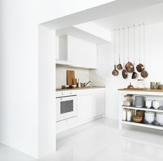 Ikea - Knoxhult A small white kitchen consisting of a complete base cabinet with doors, drawers, worktop and a wall cabinet with doors. Kitchen Ikea, Kitchen Modular, Kitchen Units, New Kitchen, Kitchen Dining, Kitchen Cabinets, Basic Kitchen, Mini Kitchen, Kitchen Small