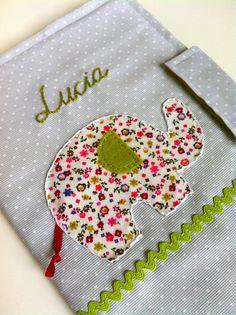 Y entre regalo y regalo de Navidad... un nuevo encargo; una funda para la cartilla infantil de una recién llegada de nombre Lucia.  El encar...