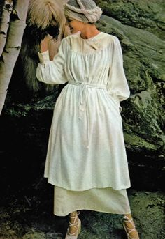 Early 70s peasant looks tunic dress puff sleeves string belt yoke front round neckline headscarf turban white cream strappy espadrille shoes Revue 100 idées