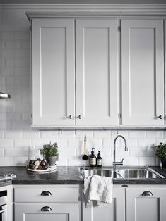 Grey kitchen ideas brings an excellent breakthrough idea in designing our kitchen. Grey kitchen color will make our kitchen look expensive and luxury. Grey Kitchen Cabinets, Kitchen Cabinet Design, Interior Design Living Room, Kitchen Grey, Kitchen Walls, Bar Interior, Interior Livingroom, Design Bedroom, Grey Kitchens