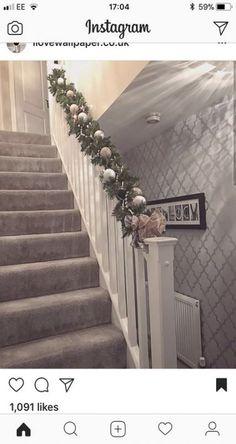 Lots Of Wonderful And Creative Home Interior Design Ideas Christmas Hallway, Christmas Home, Xmas Stairs, Christmas Lounge, Cosy Christmas, Christmas Feeling, Hallway Ideas Entrance Narrow, Grey Hallway, Hallway Wallpaper