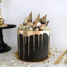 • Black & Gold • ✨⚫️✨ Pedidos y consultas contacto@kekukis.com.ar #black #gold #drip #dripcake #cake #kekukis #pastry
