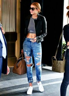 Gigi Hadid, blusa listrada, preto e branco, calça jeans rasgada, tênis branco.