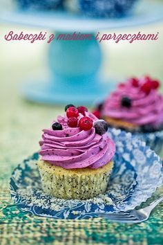 Lemon poppy seed cupcakes with cream and currant (in polish)