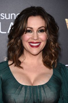 Alyssa Milano attends the 'Into The Woods' World Premiere at Ziegfeld Th. Alyssa Milano at Alyssa Milano Charmed, Alyssa Milano Hot, Cheveux Alyssa Milano, Alyssa Milano Haircut, Alisa Milano, Medium Hair Styles, Short Hair Styles, Hair Medium, Parted Bangs