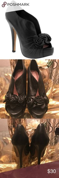 """Vince Camuto Mystys size 8.5 Vince Camuto 8.5 Mystys . Hi! I'm Lana. I work in fashion and beauty industry. All of the items you see come from my personal closet. I don't resell for profit- I look at  Poshmark as an opportunity to """"pass the fashion """" to others. Reasonable offers are welcome. Most of the items were worn once or twice and can be yours for more life to live!!! Enjoy!!! Vince Camuto Shoes Ankle Boots & Booties"""