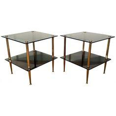 Paire de tables basses ou bouts de canapé datant des années 50. Pieds en laiton et double plateaux en verre noirs. Dimensions : Largeur 50 cm - Profondeur 50 cm - Hauteur 53 cm