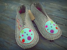 Pantuflas para adultos Felt Shoes, Blog Entry, Sewing Projects, Flip Flops, Espadrilles, Slippers, Pillows, Sandals, Knitting