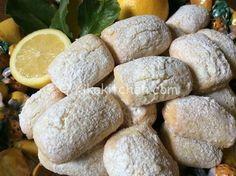 I biscotti morbidi al limone sono dei profumati dolcetti realizzati con una morbida pasta frolla aromatizzata con scorza e succo di limone.