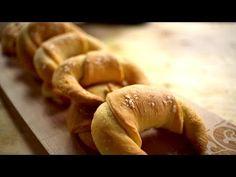 Borbás Marcsi szakácskönyve – Vajas kifli (2019.09.01.) - YouTube Ciabatta, Naan, Hungarian Recipes, Baking And Pastry, Bagel, Bread, Cookies, Youtube, Pastries