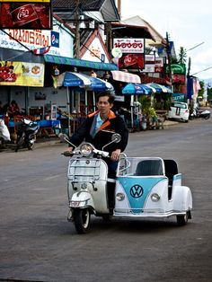 a vespa and a sidecar that looks like a vw bus! Scooters Vespa, Lambretta Scooter, Scooter Motorcycle, Motor Scooters, Piaggio Vespa, Volkswagen Bus, Vw T1, Combi Split, Vw Cars
