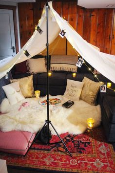 How to Build the Ultimate Blanket Fort⛺️ — Grace Piper Fields Sleepover Fort, Fun Sleepover Ideas, Girl Sleepover, Living Room Fort, Living Rooms, Fort Bed, Sofa Fort, Decoration Pirate, Cool Forts