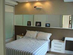 Cabeceira-espelho. Neste quarto, de 13 m², projetado pela designer de interiores Marli Lima, do Casa pro,a marcenaria chama a atenção. Acima da cama, uma faixa de espelho foi fixada à parede, junto com uma prateleira de 8 cm de profundidade para apoiar quadros.