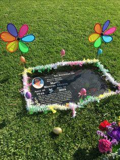 Diy Osterschmuck, Picnic Blanket, Outdoor Blanket, Cemetery Decorations, Cemetery Flowers, Diy Easter Decorations, Grave Memorials, Cute Gifts, Memorial Ideas