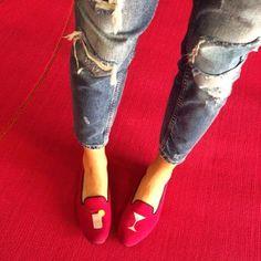 Para algo mais descontraído, um jeans e um par de loafers divertidos. Tá pronta! | 35 ideias para criar looks estilosos sem usar salto