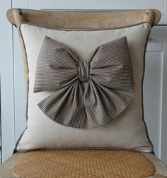 a bow to any pillow DIY.burlap bows are super cute. Bow Pillows, Sewing Pillows, Diy Pillow Covers, Cushion Covers, Pillow Fight, Throw Pillow, Soft Furnishings, Decorative Pillows, Diy Home Decor