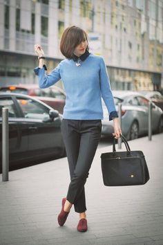 Calça social com suéter e sapatilha.