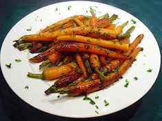 Discover the recipe Candied carrots in pictures! Accompaniments, Vegetables and more … Loving cooking, without being a great chef with easy recipes, original and authentic. Cooking For A Group, New Cooking, Cooking Chef, Chef Recipes, Cooking Recipes, Healthy Recipes, Eat Healthy, Healthy Meals, Candied Carrots
