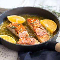 Saftiger Lachs mit feinen Röstaromen aus der Pfanne in einer sündhaft leckeren Sauce aus süß-aromatischer Orange und kräftigem Rosmarin.