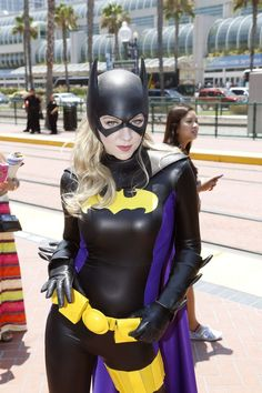 Briana Roecks dressed as Batgirl at Comic-Con The San Diego Convention Center is in the background. Cosplay Dc, Cosplay Comic Con, Batgirl Cosplay, Superhero Cosplay, Cosplay Anime, Best Cosplay, Cosplay Girls, Female Cosplay, Halloween Costume Contest