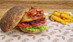 Pepita Rianxeira | Burger de ternera, queso San Simón gratinado, panceta crujiente, lechuga, tomate y cebolla roja. #restaurante #burger