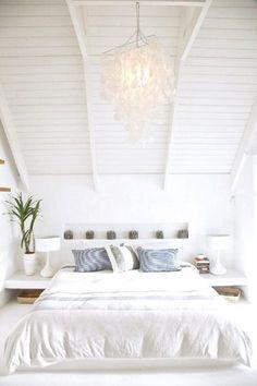Classe et élégance  se conjuguent dans cette chambre tout de blanc vêtue décorée avec goût