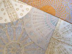 Tovagliati rotondi in shantoung di pura seta. Mosaici ripresi dalle volte della Basilica di San Marco a Venezia, etnie veneziane riprese dai merletti di Cesare Vecellio (1570), la firma esoterica di Leonardo da Vinci.