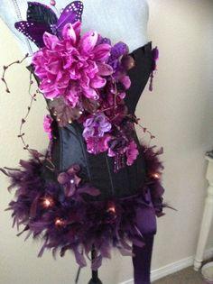 Dunkle Fee in lila Größe M mit Federn und von Crystalsandlaces