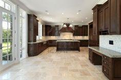 Grande cuisine dans la nouvelle construction de maison avec armoires de bois Banque d'images - 6738423