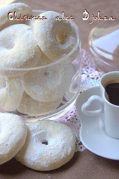 Une recette de gateau sec facile et rapide à faire, tout simple que l'on retrouve dans nos assiettes de gâteaux de l'Aid : enrobé de sucre glace, ces biscuits