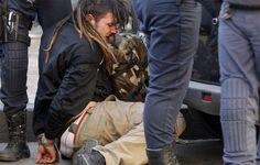EFE - Un estudiante ensangrentado, es esposado y rodeado por agentes antidisturbios.