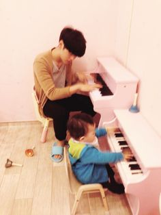 Papai Seyong ensinando como é que se faz. (sinceramente o Jaewon toca melhor)