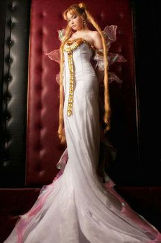 As some may know I do indeed have this thing about sailor moon stuff due to painful fits of nostalgia. anyway. this cosplay is legit. Queen Serenity.