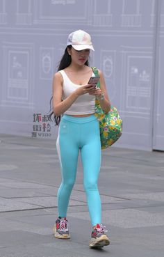 We find the best yoga pants for you based on fashion trends and fashionable women's preferences. Finally, we provide tips and tricks for wearing yoga pants outside so you can maintain a sexy look. Yoga Pants Girls, Girls In Leggings, Workout Leggings, Women's Leggings, Yoga Pants Pattern, Filipina Girls, Disco Pants, Tights Outfit, Sporty Outfits