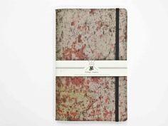 Quaderno creativo da n 25 pagine con copertina in materiale resistente cellulosico. Chiusura con elastico laterale. 13,5 x 21 cm