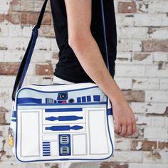 El bolso retro R2-D2 de Star Wars no puede ser más impresionante. Su diseño y calidad sobresalen y lo convierten en el bolso perfecto para los más frikis de Star Wars. Si eres un@ de ell@s te encantará lucirlo por la calle. Sin duda, R2-D2 es uno de los personajes más entrañables de la saga de La Guerra de las Galaxias y está más de moda que nunca gracias a su séptima entrega.