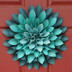 DIY Paper Dahlia Flower Wreath SK This paper flower is and its colourful and really stands out. Paper Flower Wreaths, Flower Crafts, Diy Flowers, 3d Paper Flowers, Rolled Paper Flowers, Rolled Paper Wreath, Floral Wreaths, Rolled Paper Art, Dahlia Flowers