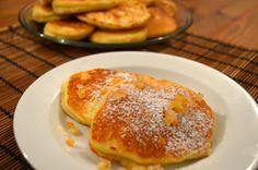 placuszki z kaszy mannej 1 szklanka kaszy manny 1 szklanka mleka (ja użyłam migdałowego) 2 jajka 2 łyżki cukru Wykonanie: Zalej kaszę zimnym mlekiem, wymieszaj i odstaw na 30 minut. Po tym czasie dodaj żółtka i cukier i wymieszaj. Białka ubij na sztywną pianę, połącz deliktanie z ciastem z kaszy. Smaż po obu stronach na złoty kolor.