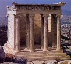 Tempio di Atena Nike; 449-420 a.C.; marmo pentelico; Acropoli di Atene.  Questo tempio era stato dedicato alla vittoria di Atene sui Persiani, e vi era rappresentata l'immagine di Nike, ma priva di ali (acteros); era stato il loro un gesto di scaramanzia, poichè non volevano che essa volasse via.
