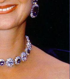 Fürstin Gloria von Thurn und Taxis trägt sehr grosse Saphire mit Brillanten als Ohrringe mit Anhängern, dazu ein Collier aus der fürstlichen Schatzkammer, in Form von Blütenelementen, das scheinbar in den Gliedern austauschbar ist. Ein Bild mit dem gleichen Halsband auschliesslich aus Diamanten und Brillanten ohne die Saphir-zwischenteile.