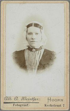 Vrouw in West-Friese streekdracht. ca 1900. Hoorn #NoordHolland #WestFriesland #Hoorn