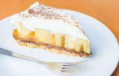 La torta banoffee è una torta di origine anglosassone nata negli anni '70, grazie a Nigel Mackanzie e Ian Dowding. Il suo nome deriva dalla fusione delle parole banana e toffee, che sono gli ingredienti fondamentali di questa torta.