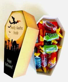Halloween Coffin Treat Box Scary Cat Halloween by CraftAProject Dulceros Halloween, Classroom Halloween Party, Halloween Treat Boxes, Halloween Coffin, Adornos Halloween, Halloween Party Favors, Halloween Birthday, Halloween Treats, Halloween Decorations