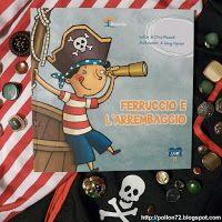 """Oggi per il venerdì del libro di HomeMadeMamma vi propongo un libro che parla di pirati. """"Pirati per gioco , cattivi molto o poco, pirati davvero, col sopracciglio nero, la cicatrice dice, che siamo canaglie, che nelle battaglie, noi ce le suoniam!"""" Il libro è Ferruccio è l'arrembaggio, ISBN: 9788896328293, scritto da Elisa Mazzoli ed illustrato da Giusy Capizzi. Ferruccio è un bambino dai capelli scuri che vive in un paesino in riva al mare."""