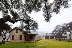 This Texas hill country retreat is a bright and open family getaway by Shiflet Group Architects, located in the Frio cañon community along the Frio River. Texas Hill Country, Hill Country Homes, Town And Country, Country Living, Canon, Usonian, Modern Ranch, Cabins And Cottages, Stone Houses
