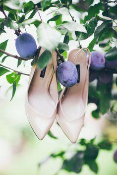 www.bajkowesluby.pl #wedding #weddingshoes #bride #weddingpreparations #plum #tree #detail #weddingdetail #weddingheels